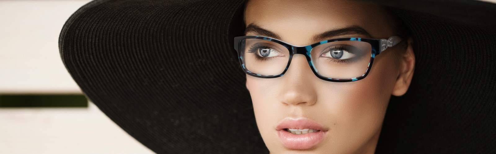 close up of woman wearing cool glasses and a big hat